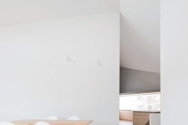 Die Küche ist Drehpunkt zu den privaten Räumen. Sie Liegt diagonal auf der gegenüberliegenden Seite zum Wohnraum.