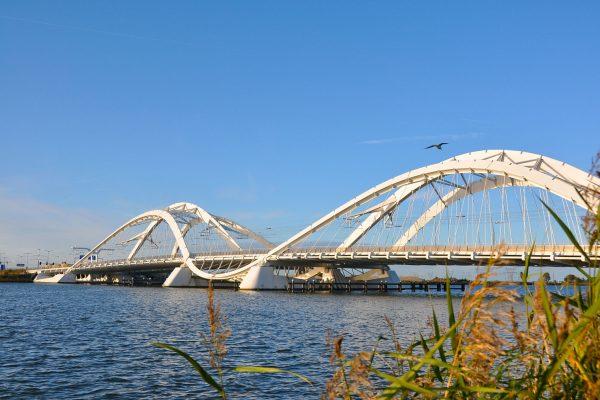 Die markante Brücke zu Ijburg