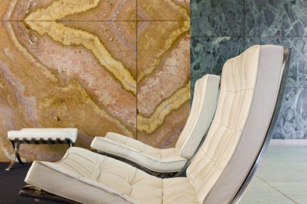 Das Interiordesign in van der Rohes Pavillion ist ebenfalls uns der Feder des Bauhaus Stils